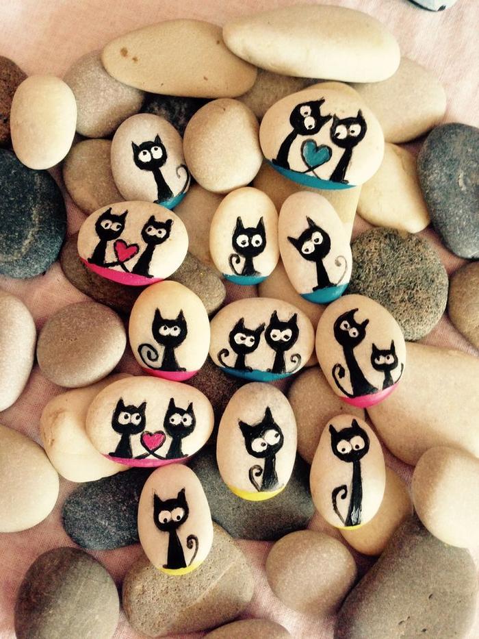 un art sur pierre adapté aux activités manuelles maternelles, dessins de chats sur galets