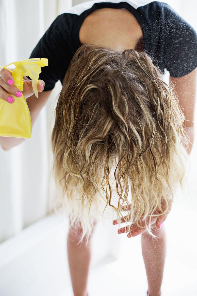 spray à eau salée à appliquer sur des cheveux secs ou humides pour obtenir des beach waves, coiffure facile a faire soi meme le matin