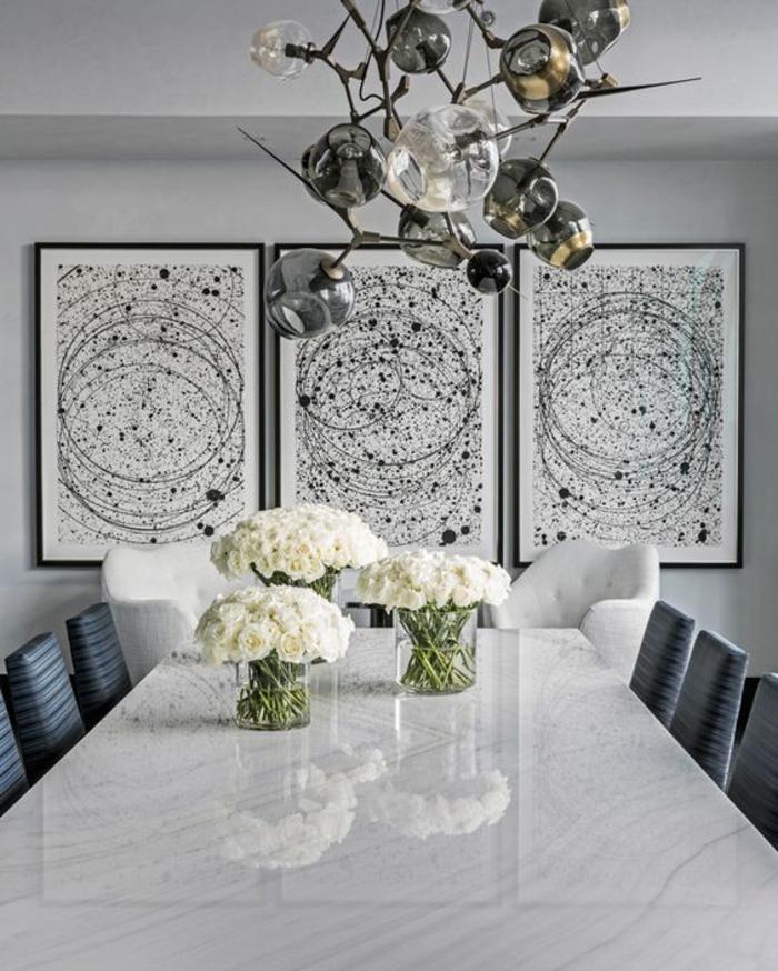 couleur gris perle dans une chambre avec trois grands tableaux et un luminaire original