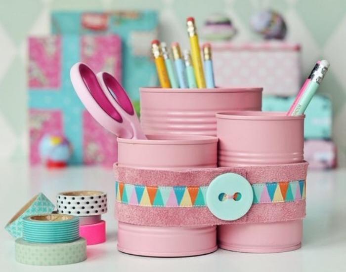recyclage boites de conserve, repeintes en rose et transformées en pots a crayons, idée astuce rangement bureau coloré, bricolage rentrée