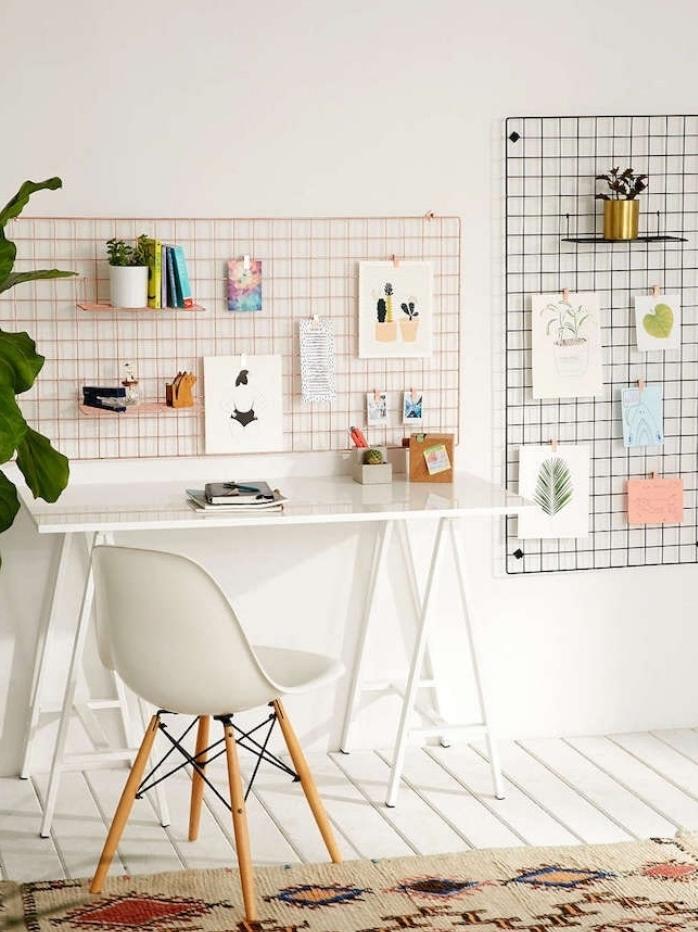 astuce rangement bureau, coin travail style sandinave, grillage en guise de tableau organisateur avec des étagères, notes a accrocher avec des pinces a linge en bois
