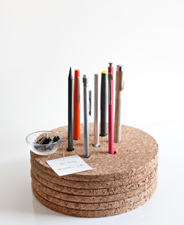 idée astuce rangement facile à fabriquer, pile de rondelles de liège, collées ensemble, pot a crayon, organisateur astucieux