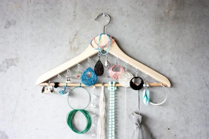 astuce rangement porte boucle d oreille, colleirs, bracelets et autre bijoux, cintre en bois, idée comemnt ranger ses bijoux