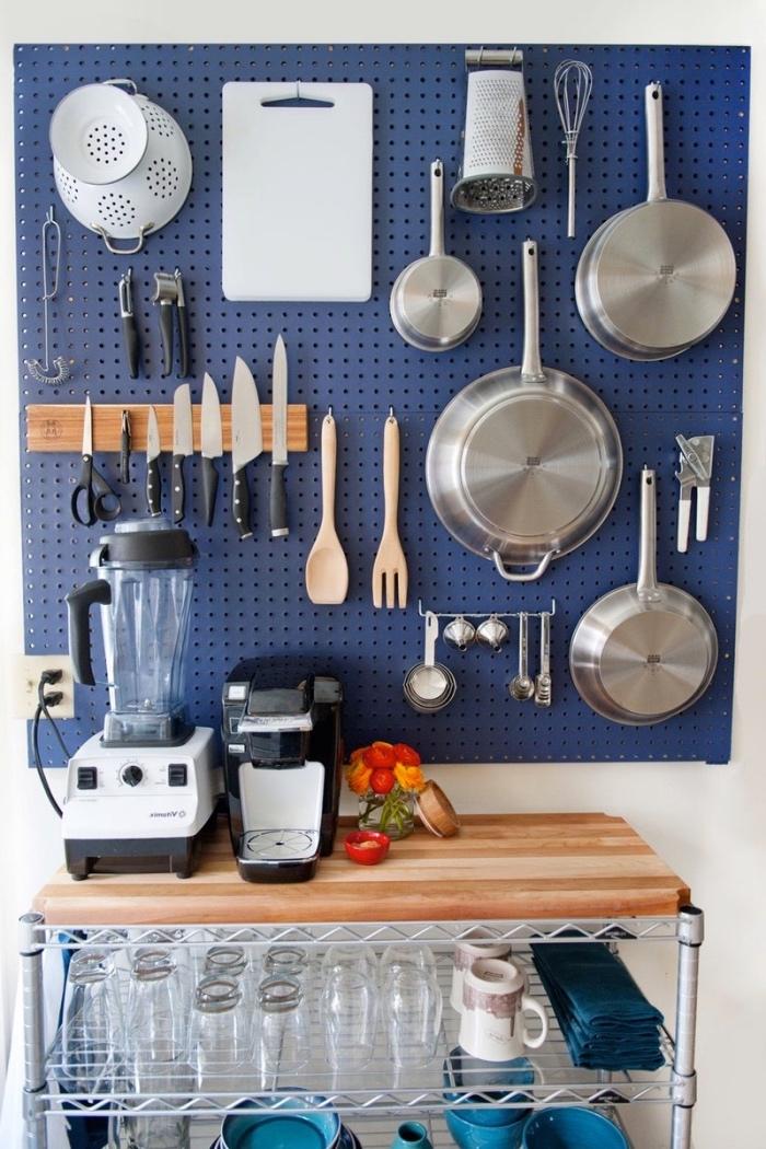 astuce rangement cuisine, panneau perforé bleu, organisateur ustensiles de cuisine astucieux, bricolage facile maison