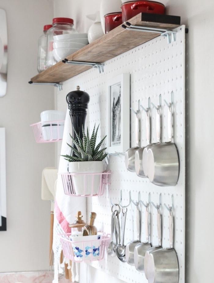 modèle astuce rangement cuisine, panneau perforé transformé en organisateur ustensiles de cuisine, paniers en fil de fer, étagère en bois