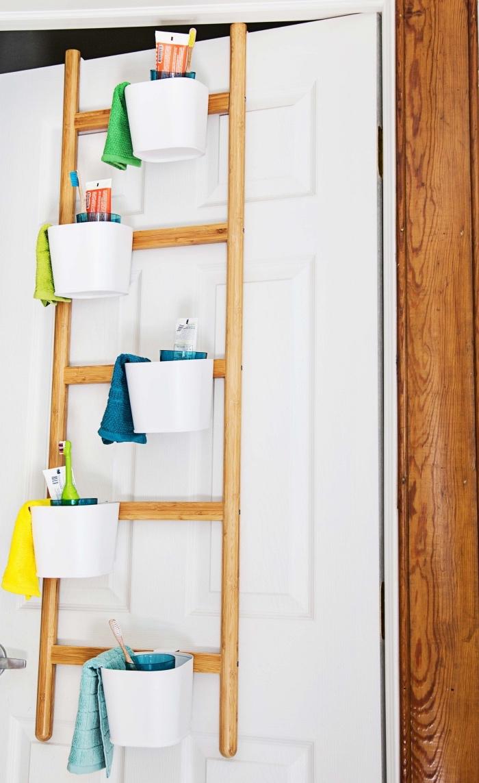 échelle en bois, diy rangement salle de bains, paniers blancs en plastique, remplis de produits hygiène, cosmétiques, bain, rangement gain de place