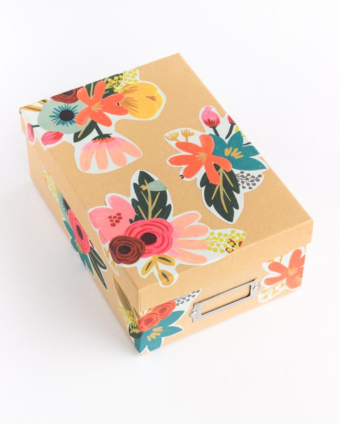 diy rangement a faire soi meme dans une boite a chaussures, motifs fleurs en papier decopatch collés dessus, organisateur facile a faire