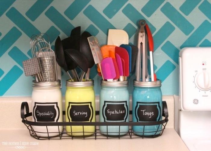 astuce rangement cuisine, ustensiles, couverts, des pots en verre, customisés à la peinture couleurs pastel, des couvercles avec trou dedans