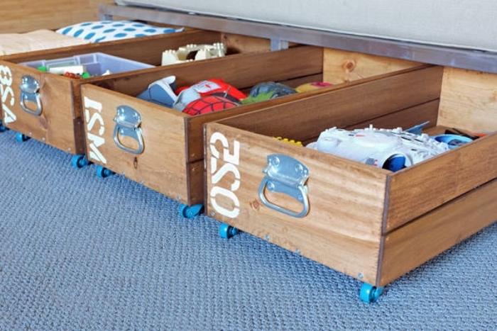 recyclage caisses en bois pour fabriquer un diy rangement à roulettes, organisateur vêtements, jouets vintage
