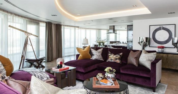 aubergine couleur, salon contemporain, faux plafond lumineux, plusieurs grands coussins, canapé d'angle pourpre