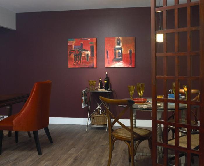 aubergine couleur, mur en couleur pourpre, chaises bistrot, table ronde, sol en planches