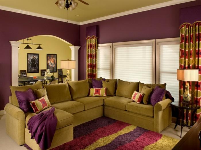 aubergine couleur, salon original, grand canapé moutarde, lampe à abat-jour carré