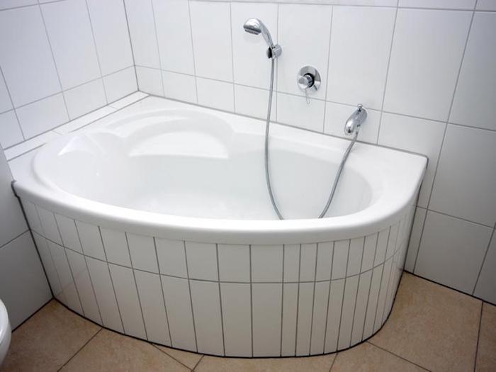 1001 id es petite baignoire plongez dans le petit. Black Bedroom Furniture Sets. Home Design Ideas