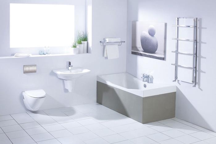 salle de bain moderne blanche avec baignoire design