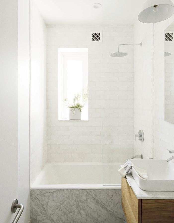 petite salle de bain avec baignoire douche carrée bac haut