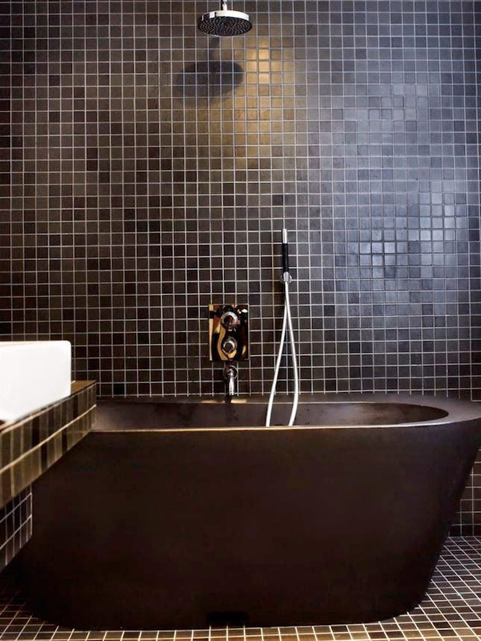 salle de bain baignoire noire petite luxe carrelage murs