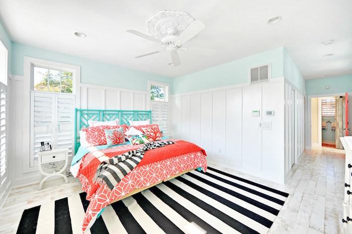 photo chambre murs blancs turquoise et parure de lit corail rouge