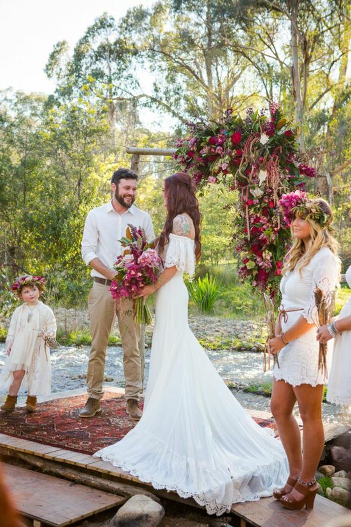 Géniale idée arche mariage une arche décoration arche mariage photo adorable idée robe dentelle longue épaules dénudées