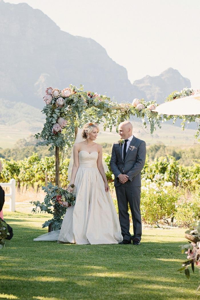 Poétique décoration florale mariage centre de table deco mariage fleur couple mariée robe bustier longue