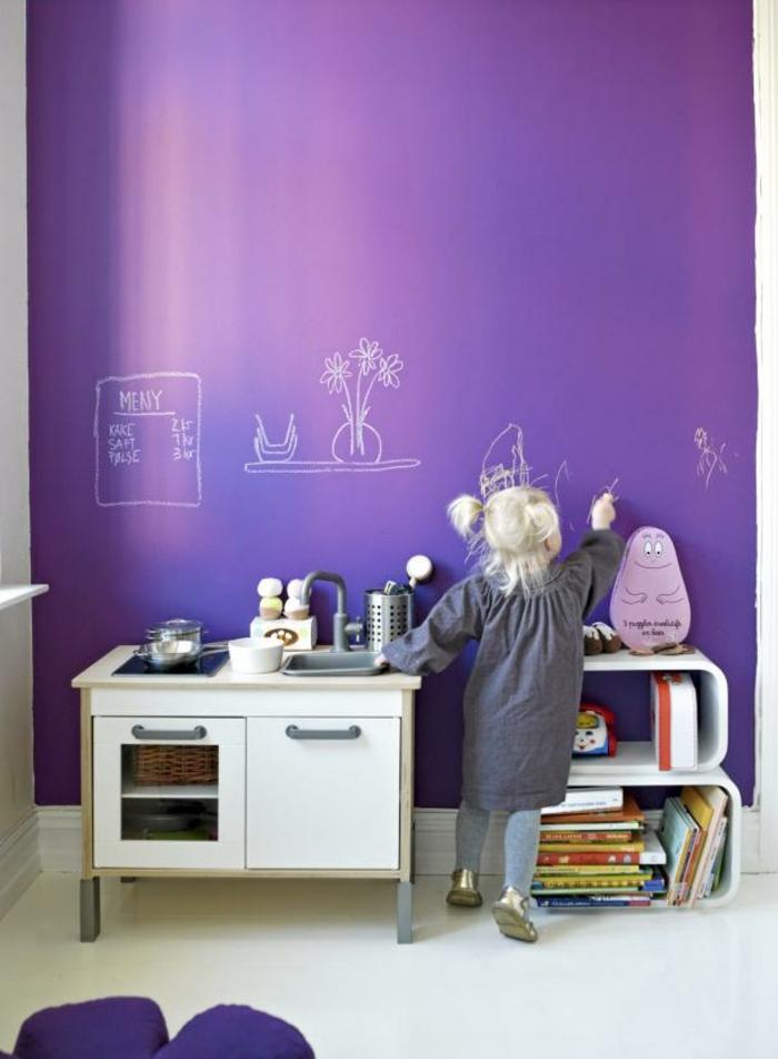 Aménagement chambre adulte deco chambre blanche gris et violet mur enfant crayon dessins