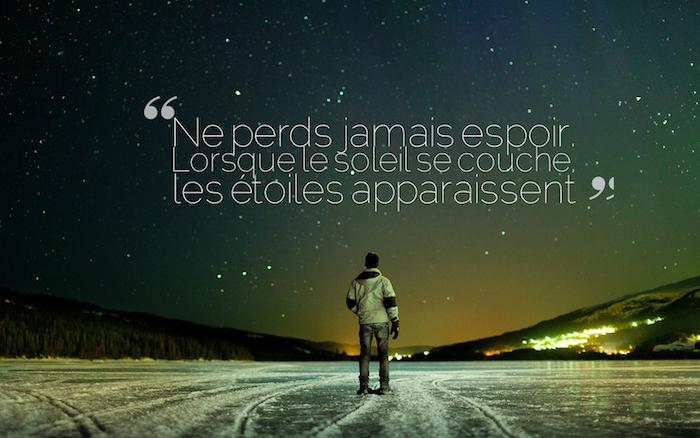 proverbe sur la vie, homme dans la nature, lac glacé avec neige, lumière de la ville, ciel nocturne avec étoiles