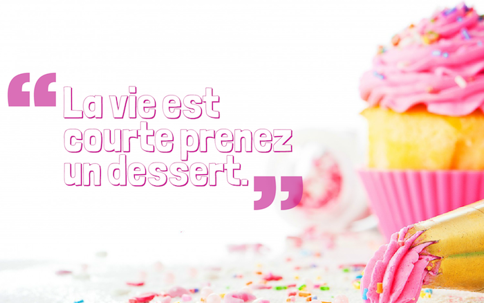 citation courte, photo culinaire, dessert avec glaçage rose, muffin en vanille, phrase positive sur la vie