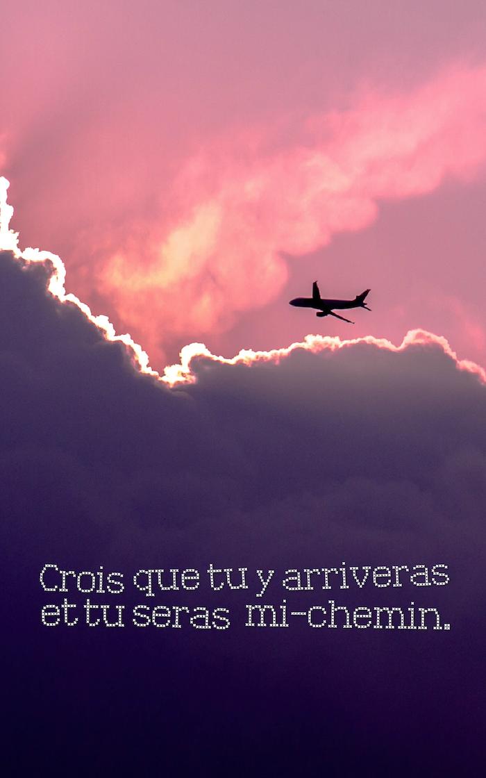citation courte, fond d'écran pour iphone, photo du ciel avec rayons soleil et nuages, silhouette avion et lettres inspirantes