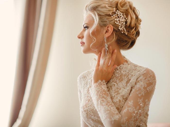 accessoire cheveux marriage, couleur de cheveux blonde, manucure nude, robe nude avec dentelle blanche