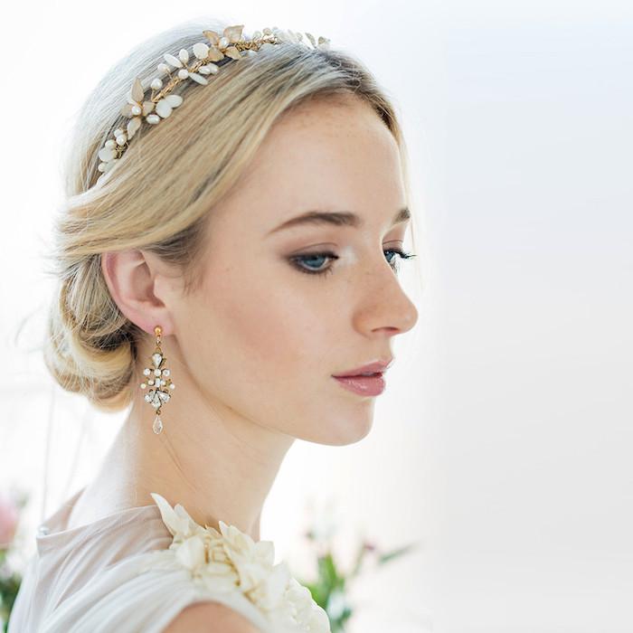 accessoire cheveux marriage, couleur de cheveux blonde avec racines noires, lèvres rose