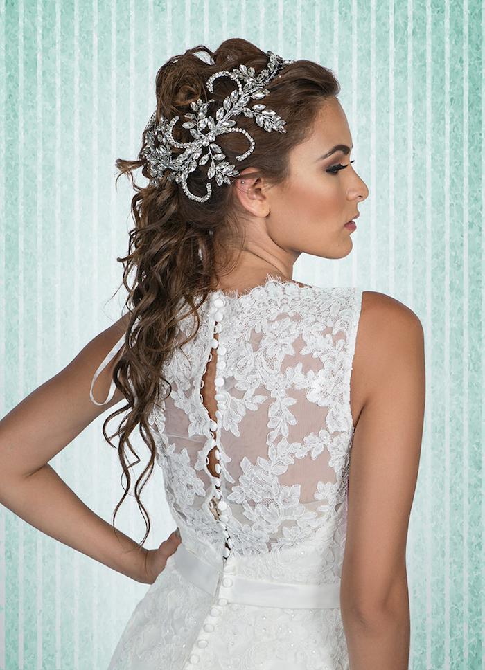 modele de coiffure, couleur de cheveux marron, accessoire cheveux marriage, robe avec dos boutonné