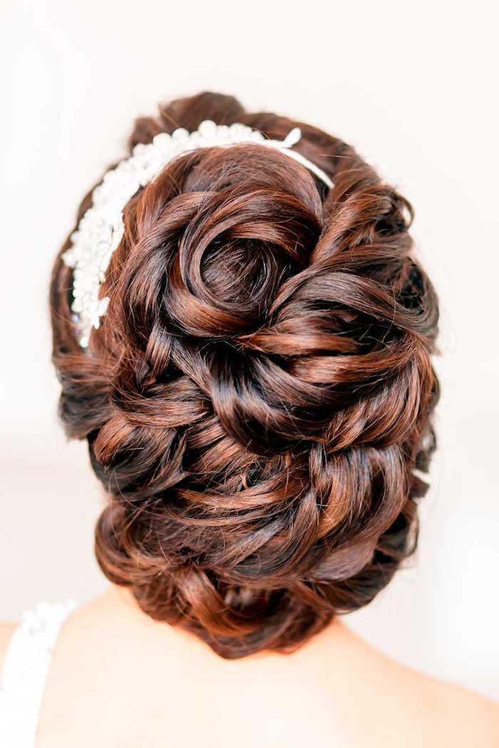 coiffure marriage, robe de mariée avec bretelle, couleur de cheveux marron, mèches cuivres