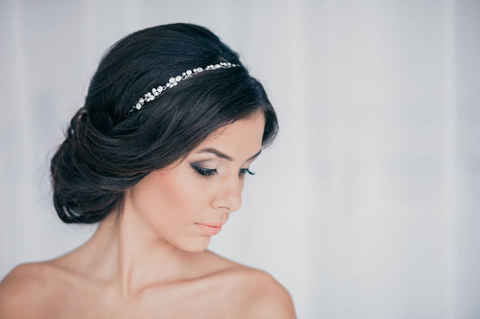 chignon marriage, couleur de cheveux noir, diadème en cristaux, maquillage smoky