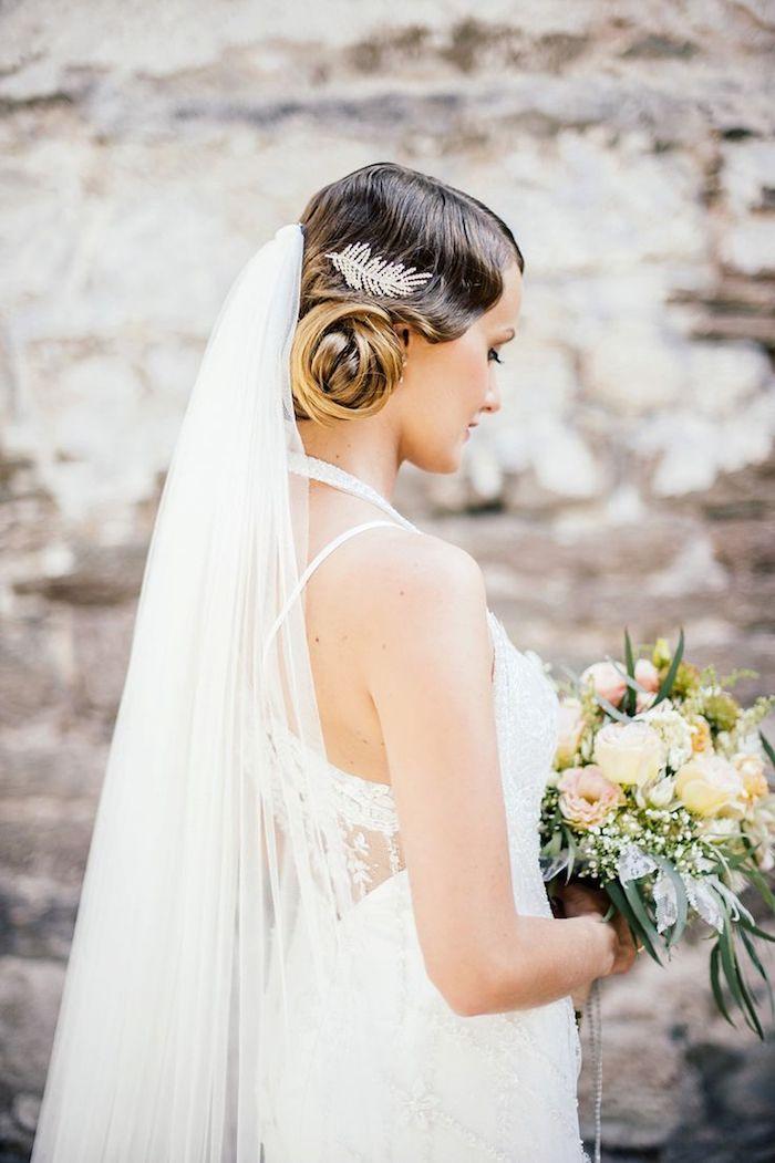 coiffure mariée, voile de mariée longue, bouquet de mariée avec roses, balayage cheveux
