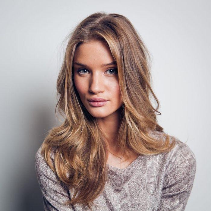 couleur de cheveux tendance, Rosie Alice Huntington-Whiteley, femme aux yeux bleus et cheveux blond doré