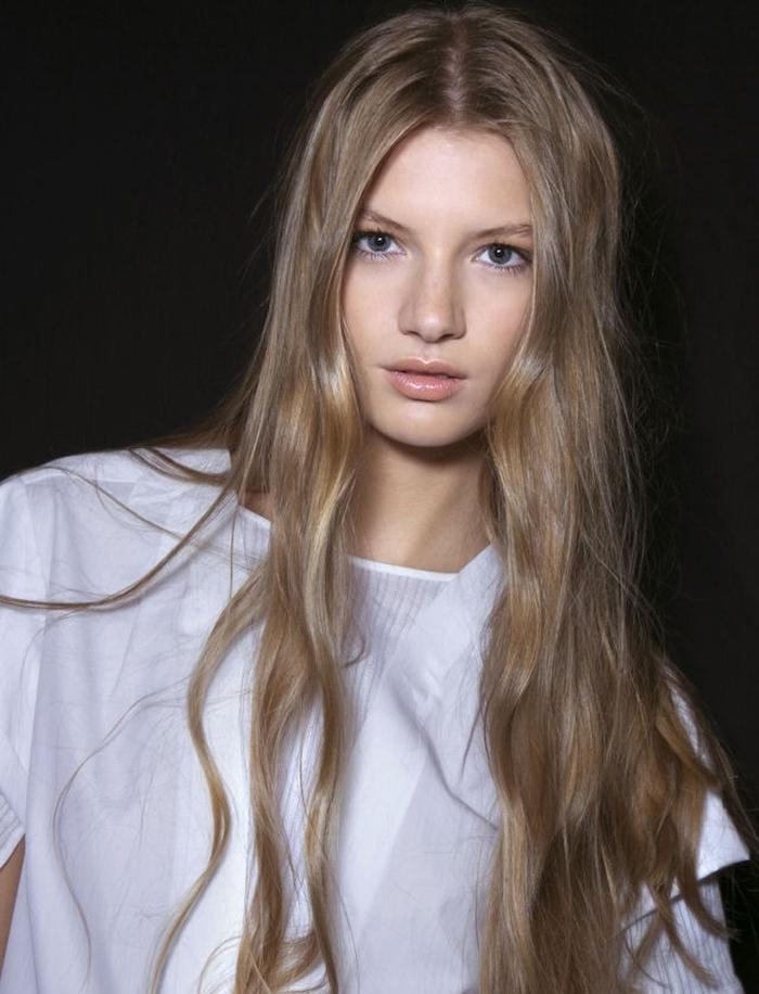 coloration cheveux, femme aux yeux bleus et cheveux longs châtain clair, chemise blanche avec manches courtes modèle femme