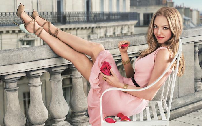 cheveux blond foncé, bracelet en or pour femme, rose en rose pastel taille genoux avec ceinture noire, cheveux longs en châtain clair