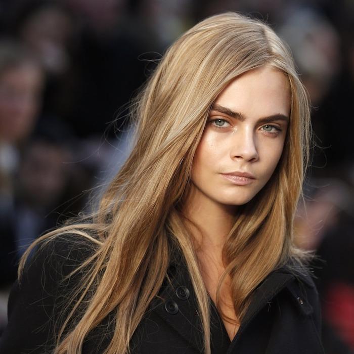 couleur de cheveux tendance, manteau noir avec boutons noirs femme, Cara Delevingne, femme aux yeux verts et cheveux blonds
