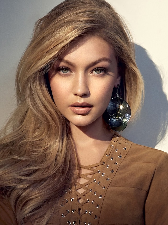 blond cendré, Gigi Hadid, blouse marron avec col en lacets croisés, rouge à lèvres marron mat, coloration cheveux blond foncé