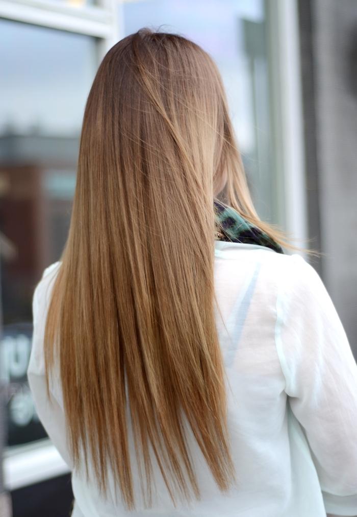 cheveux blond foncé, balayage californien en blond avec racines foncées, cheveux longs et lisses