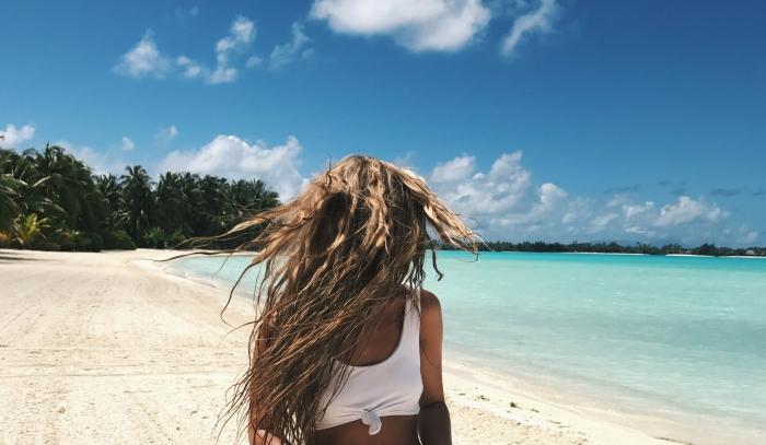 couleur cheveux, fille sur la plage aux cheveux longs, nuages de ciel, arbres tropicales, eau turquoise, cheveux châtain clair