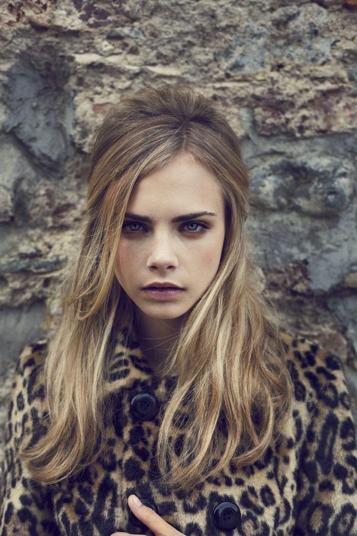 meche blonde, ongles courts à vernis nude, manteau femme à motif léopard avec boutons noirs, Cara Delevingne