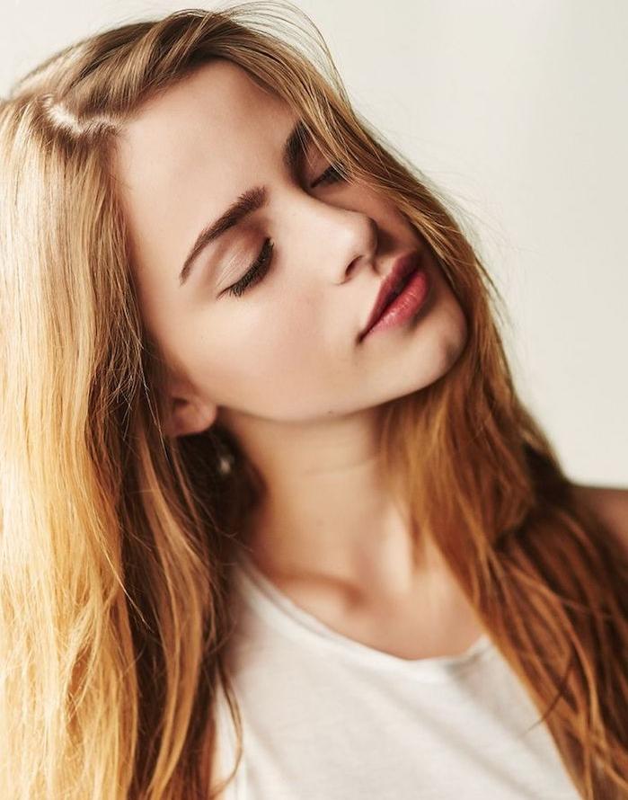 cheveux blond foncé, jeune fille au t-shirt blanc, maquillage naturel avec rouge à lèvres et mascara noir