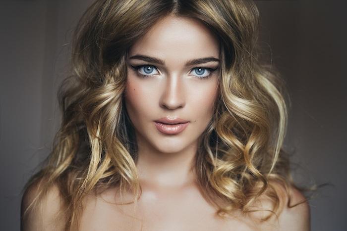 couleur cheveux, coiffure cheveux mi-longs, boucles en blond doré avec racines foncés, femme aux yeux bleus