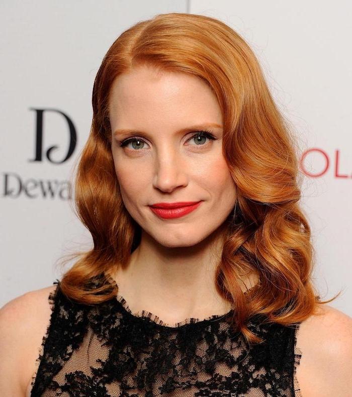 couleur rousse, robe sans manches en dentelle noire, Jessica Chastain, rouge à lèvre nuance rouge, yeux verts