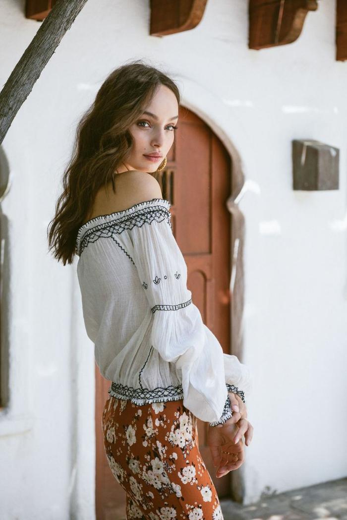 Quel style hippie chic femme jupe longue style hippie top épaules dénudées blouse avec manche longue décolletée