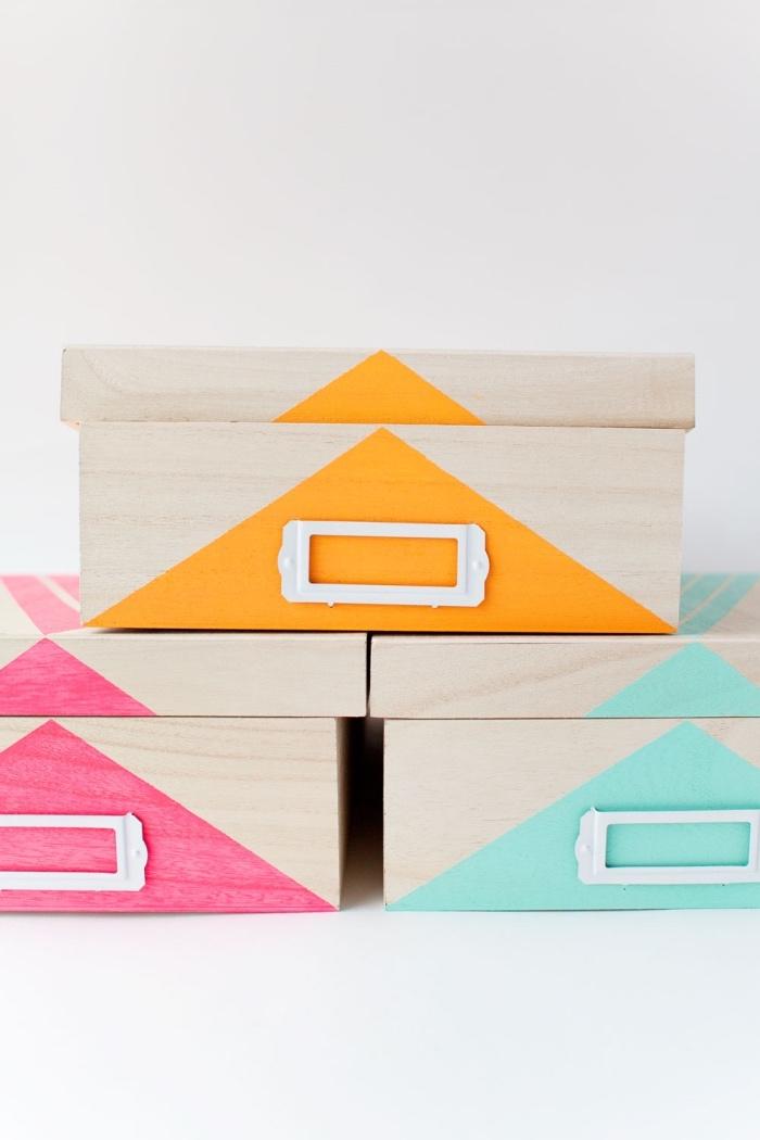simples boites, décorés de motifs géométriques en peinture et motif rayures dessus, idée de diy rangement facile a faire