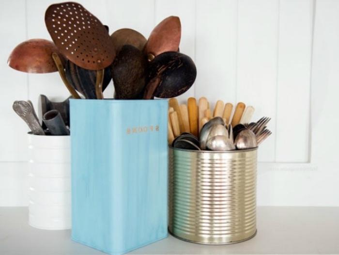 idée rangement pour les ustensiles de cuisine et les couverts, recyclage boite de conserve, repeinte, deco cuisine vintage
