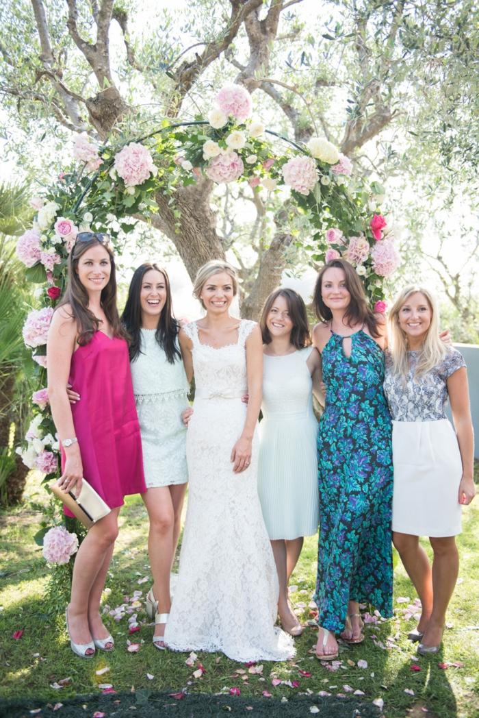 Jolie montage fleurs mariage arche de fleur composition fleurs mariage la mariée et les demoiselles d honneur photo