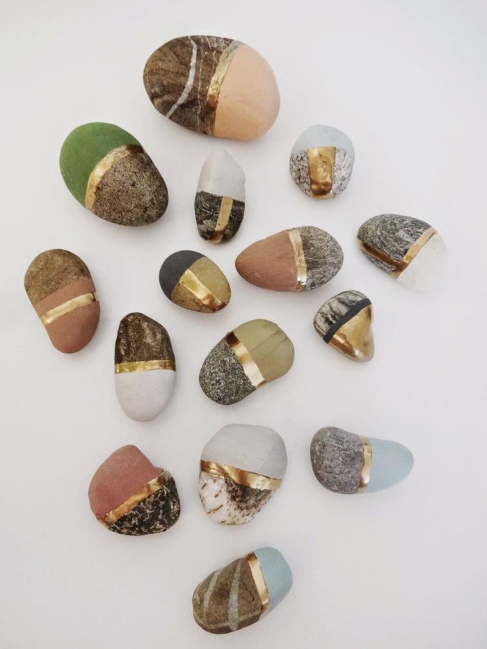 idée déco originale avec des souvenirs de la plages, des galets peints à moitié