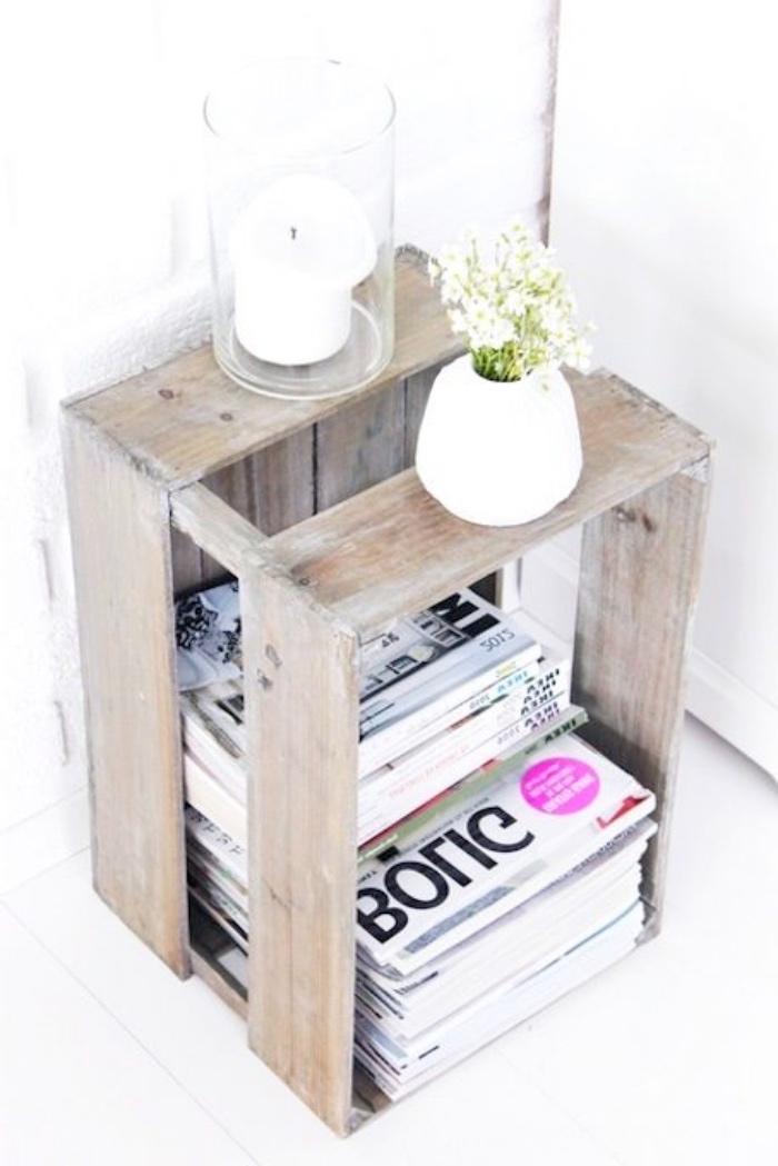 caisses bois deco, idée rangement magazines dans une cagette vintage bois brut, idée deco vintage scandinave, vase avec fleurs fraiches et bougeoirs simples